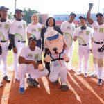 """Los juradores del equipo de Beep Baseball """"Los Huracanes del Caribe"""", junto a la directora ejecutiva de SeNaSa, doctora Mercedes Rodríguez Silver, y la presidenta de la Fundación Francina, Francina Hungría"""