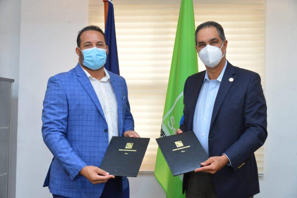 Santiago Hazim, director ejecutivo de SeNaSa, y el Erick Almonte, presidente de FENAPEPRO, tras la firma del acuerdo.