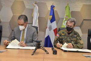 El Dr. Santiago Hazim, director ejecutivo de SeNaSa, y el ministro de Defensa, Carlos Díaz Morfa, durante la firma del acuerdo.